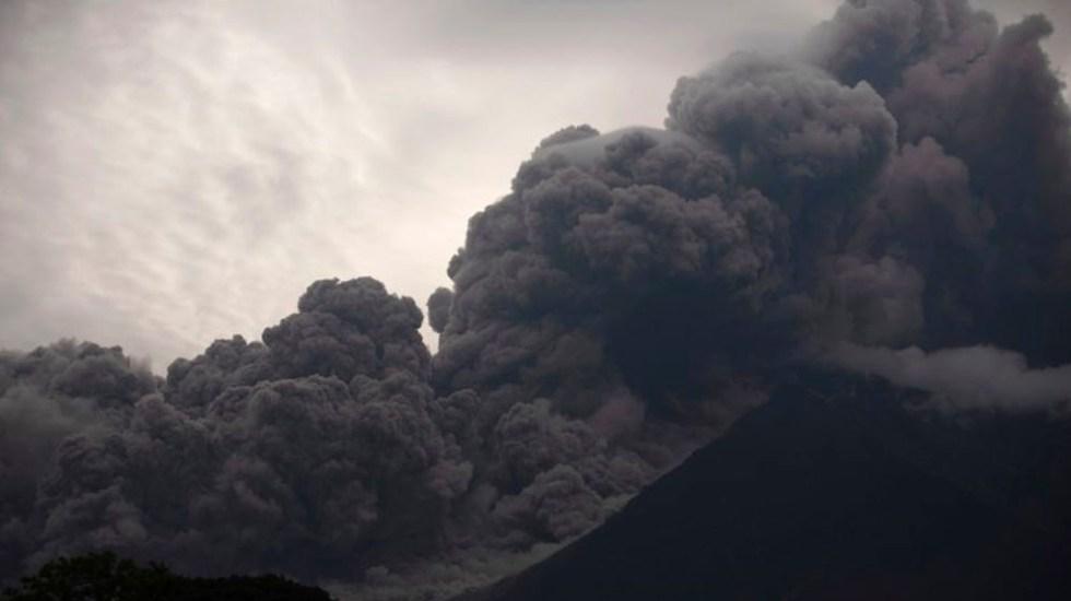 México ofrece apoyo técnico a Guatemala tras erupción de volcán - Foto de AP