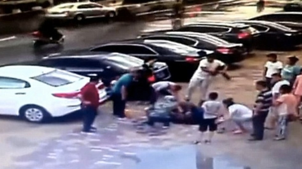#Video Agujero se traga a adulto mayor en China - Captura de pantalla