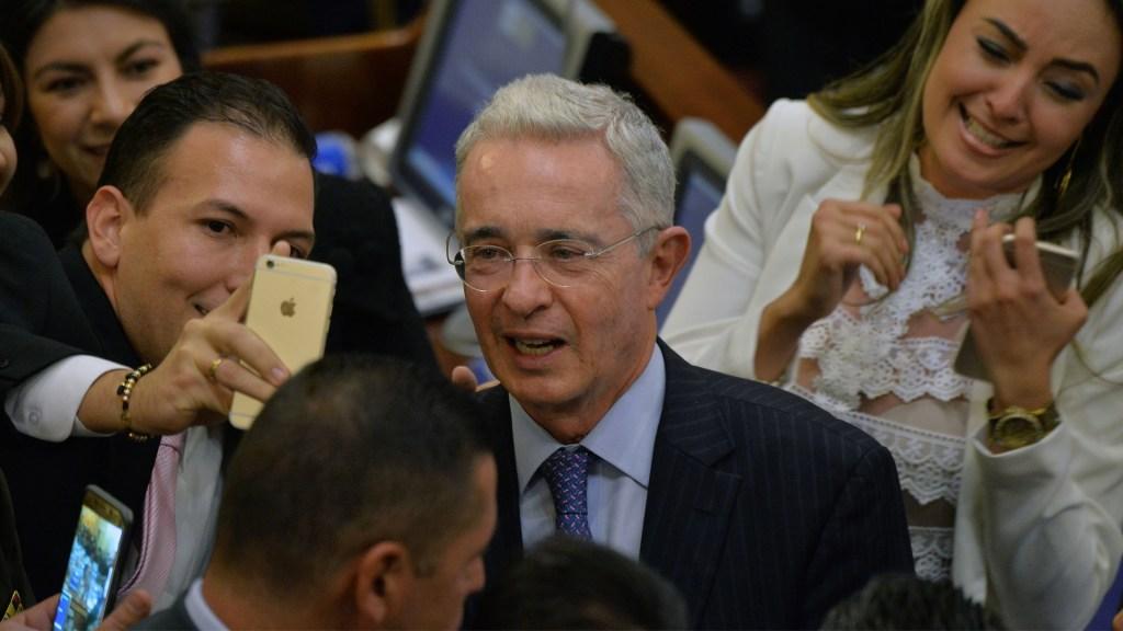 Renuncia expresidente colombiano al Senado por presunto soborno - Foto de Diana Sanchez / AFP
