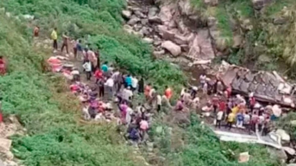 Al menos 48 muertos tras caer autobús a barranco en India