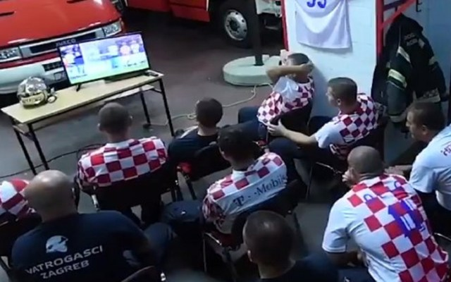 #Video Impresionan bomberos que dejan de ver el Mundial por emergencia - Foto Captura de Pantalla