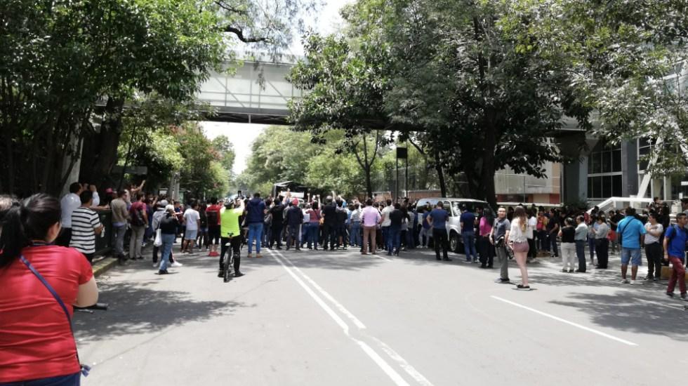 Bloquean avenida Coyoacán debido a que casilla especial se quedó sin boletas - Foto de @machavez03