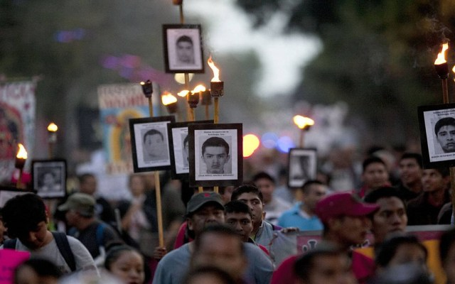 Ordenan liberación de ocho miembros de Guerreros Unidos en caso Iguala - Protesta para exigir justicia en Caso Iguala. Foto de AP
