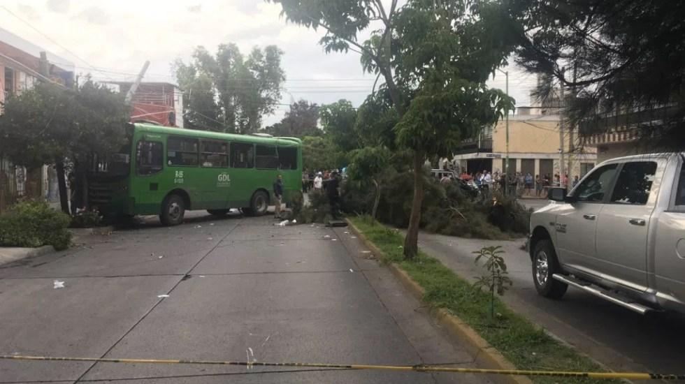 #Video Camioneta impacta contra camión de pasajeros en Guadalajara - Foto de Noticieros Televisa