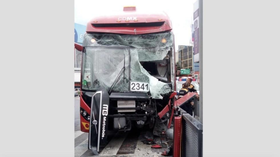 Choque de Metrobús deja diez heridos en la Miguel Hidalgo - Foto de @FotoOlimpoMX