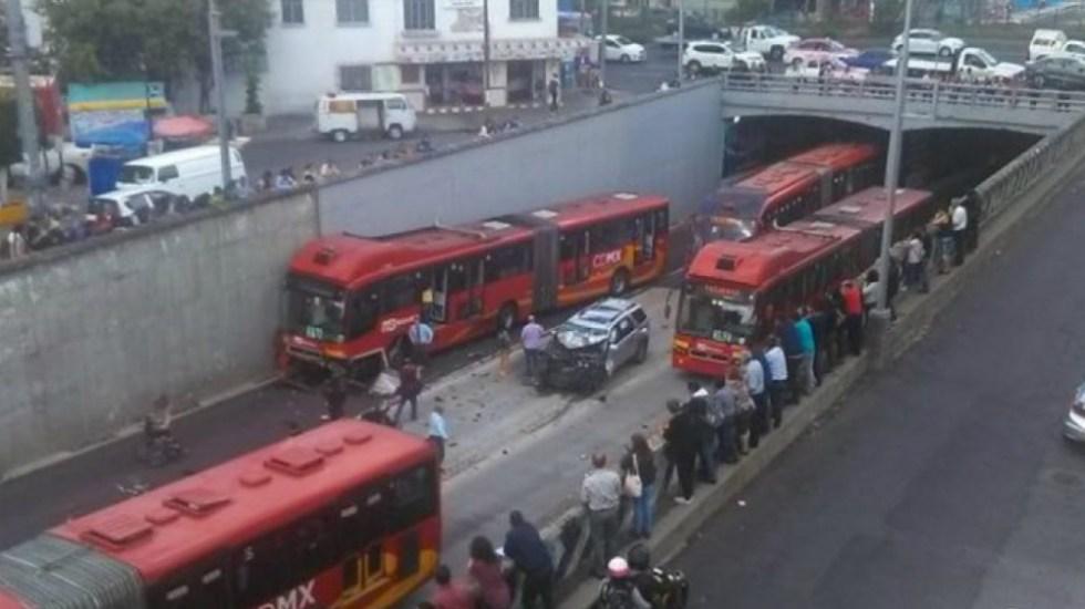 Chocan auto particular y unidad del Metrobús en Xola - Foto de @magah55