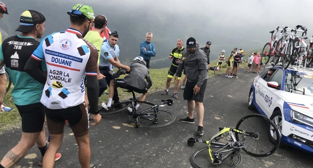 #Video Policía confunde a campeón del Tour de France y lo tira - Foto de @albertsecall