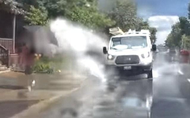 #Video Despiden a conductor de camioneta que mojaba peatones a propósito - Captura de pantalla