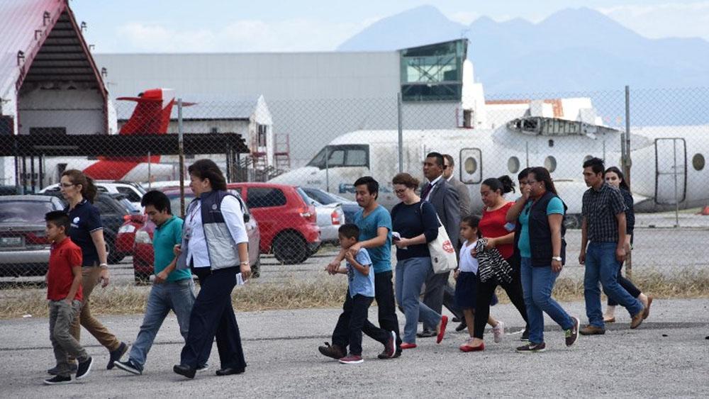 Juez ordena frenar deportación de familias inmigrantes — Estados Unidos