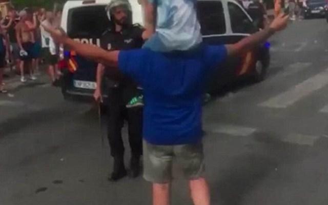 #Video Policía golpea a padre que cargaba a su hijo en festejos de futbol - Foto Captura de Pantalla