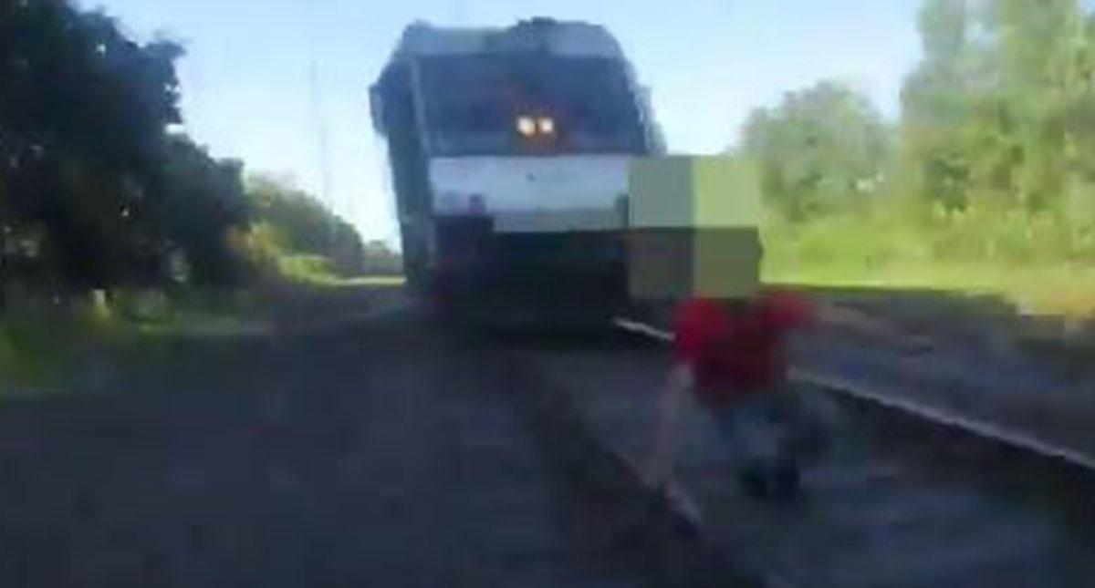 Policía salvó a un hombre de ser aplastado por un tren