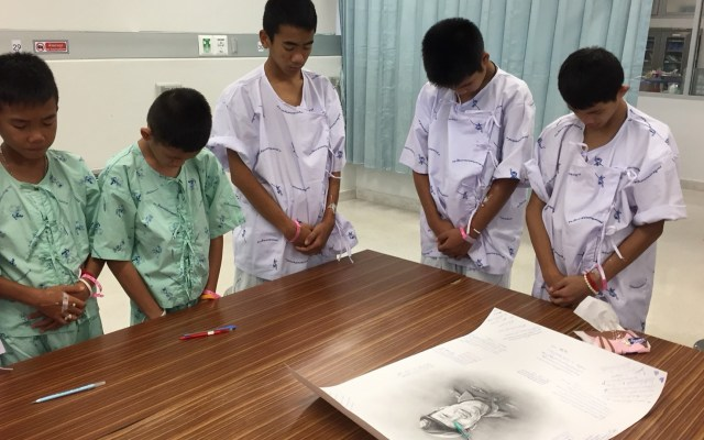 Niños rescatados en Tailandia lloran muerte de rescatista - Foto de Ministry of Health/Chiang Rai Prachanukroh Hospital/AFP