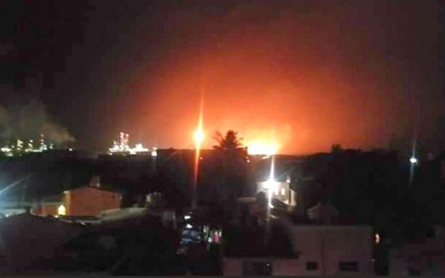 Tormenta eléctrica provoca incendio en refinería de Oaxaca - Foto de Twitter