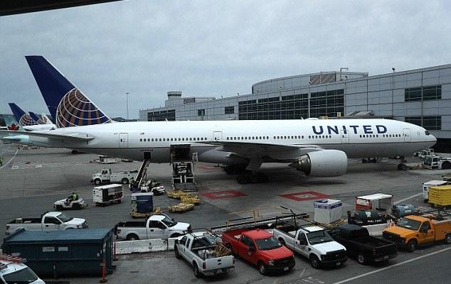 Joven denuncia a hombre en vuelo de United y tripulación se burla de ella - Foto de Daily Mail