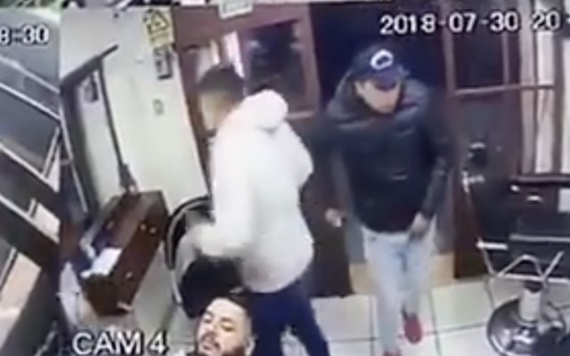 #Video Dos hombres asaltan una barbería en la Ciudad de México - Foto de @OlimpoNotiMx