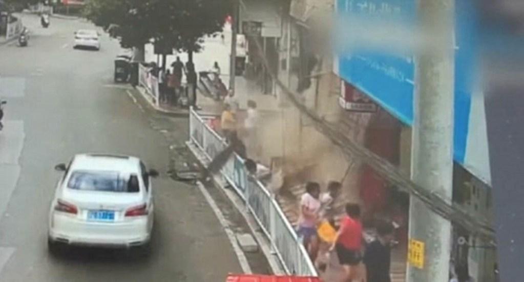 #Video Marquesina de un edificio se desploma sobre personas en China