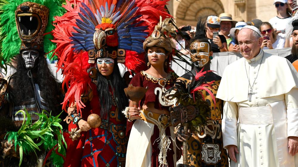 Papa Francisco recibe la visita de danzantes mexicanos - Foto de AFP