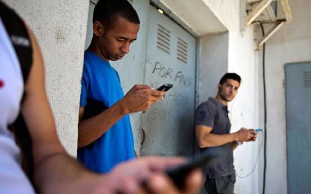 Habilitan en Cuba acceso gratuito a internet desde celulares - Foto de Reuters