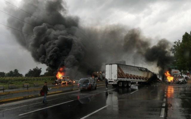 Se enfrentan huachicoleros y soldados en la autopista México-Puebla - Foto de @Rogelioviesca