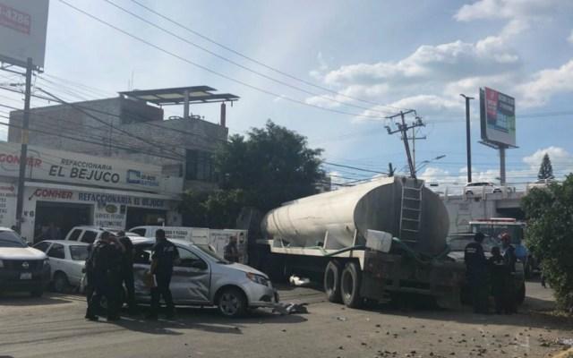 Pipa se queda sin frenos y arrastra a 11 autos en Querétaro - Foto de Quadratín