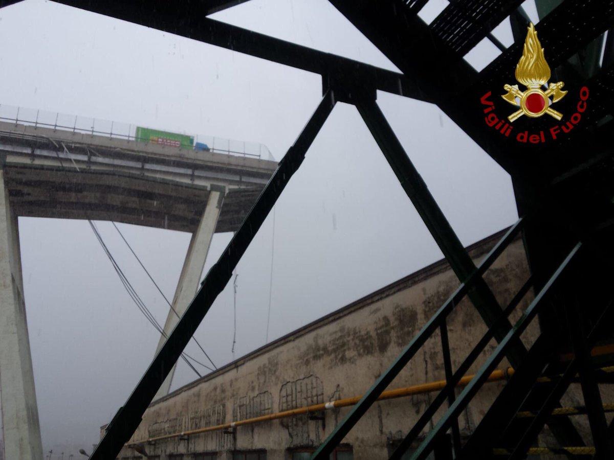 Italia: se derrumbó un puente de una autopista; buscan