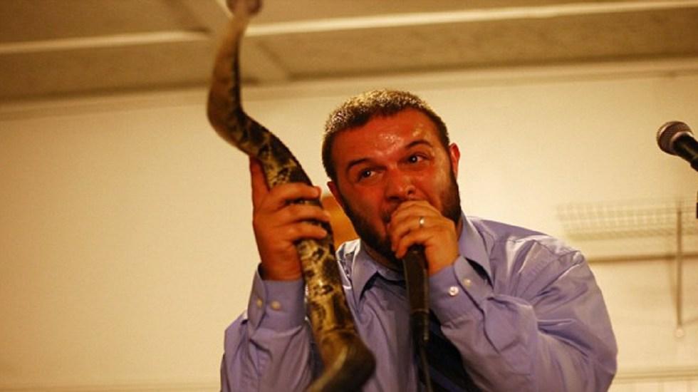 #Video Serpiente muerde a predicador a mitad de cántico - Foto de Barcroft
