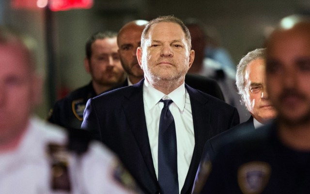 Acusan a NBC de frenar investigación contra Harvey Weinstein - Harvey Weinstein who is expected to plead not guilty to rape and other sex crimes charges