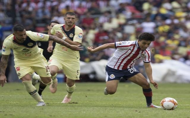 Intenso empate en el Clásico Nacional - Foto de accion del partido America vs Guadalajara correspondiente a la jornada 11 del torneo Apertura 2018 realizado en el estadio Azteca.  EN LA FOTO: