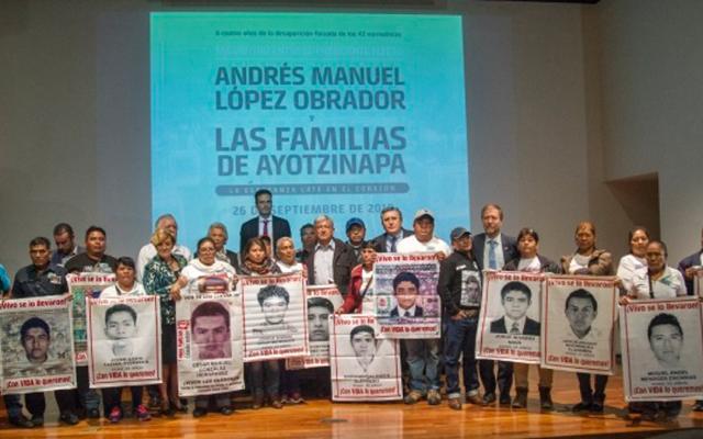 AMLO promete comisión investigadora para el caso Ayotzinapa - Reunión de AMLO con padres de los 43 normalistas desaparecidos. Foto de Notimex