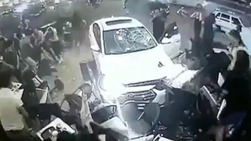 #Video Automóvil fuera de control embiste a comensales de Starbucks - Captura de pantalla