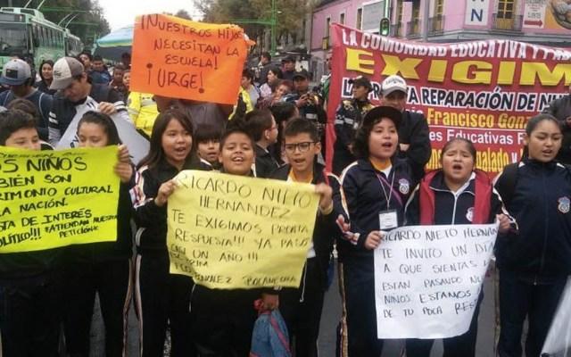 Padres de familia realizan bloqueo en Eje Central - Foto de Milenio