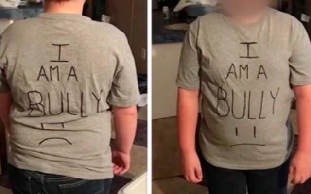 Mujer obliga a su hijo a usar una playera afirmando que es un bully - Foto de Internet