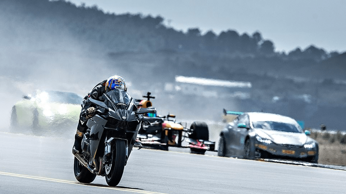 ¡Hagan sus apuestas! Increíble desafío entre un F1, una moto y aviones