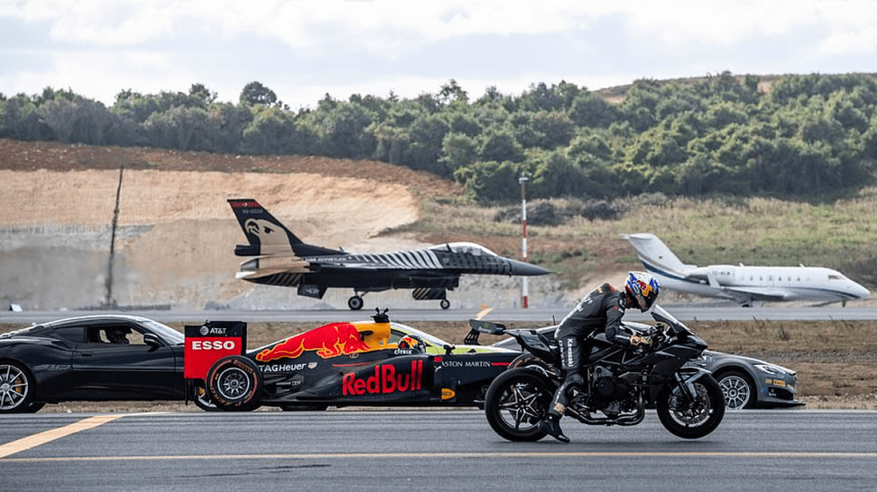 #Video Carrera de ensueño entre jets, Tesla y superdeportivos - Foto de Getty Images