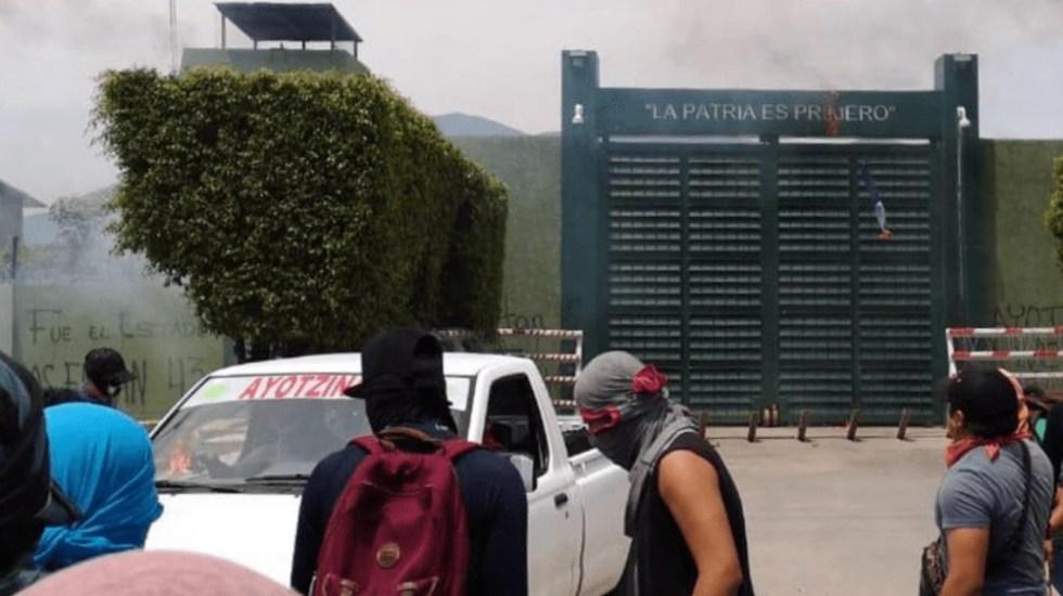 Padres de los 43 y normalistas lanzan bombas molotov a instalación militar - Foto de El Sol de Acapulco