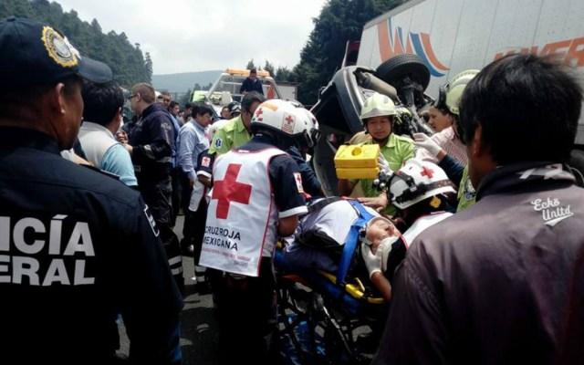 Choca automóvil contra tráiler en la carretera México-Toluca - Foto de @AGENCIAMVT