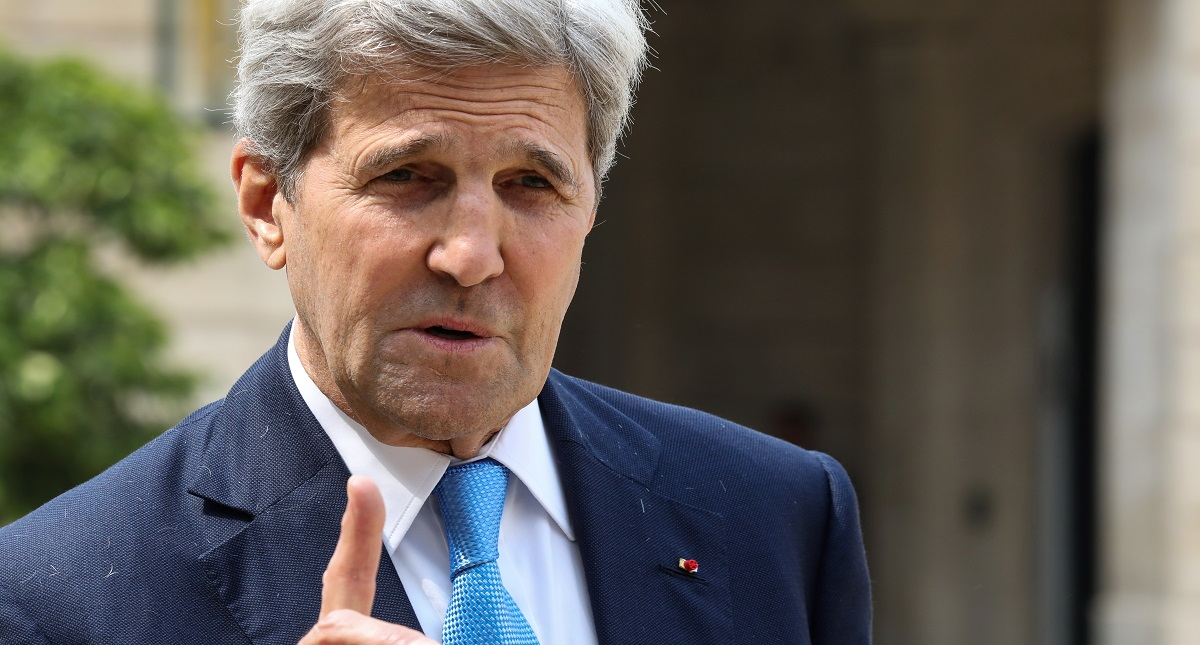 Trump insinúa a que Kerry actuó como