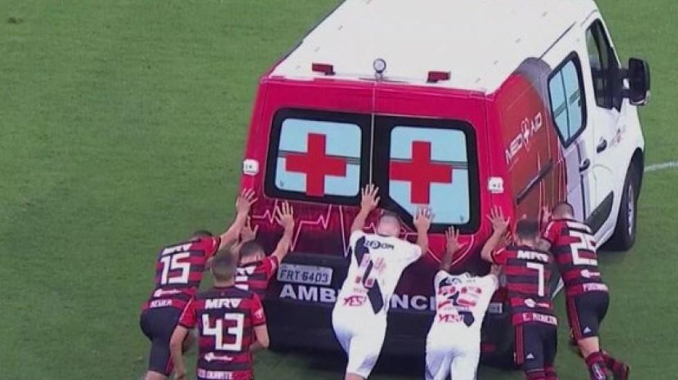 #Video Futbolistas empujan ambulancia por falla mecánica - Captura de Pantalla
