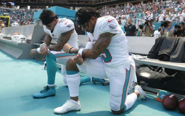 Jugadores de Delfines de Miami se arrodillan durante el himno nacional - arrodillados himno discusión hijo