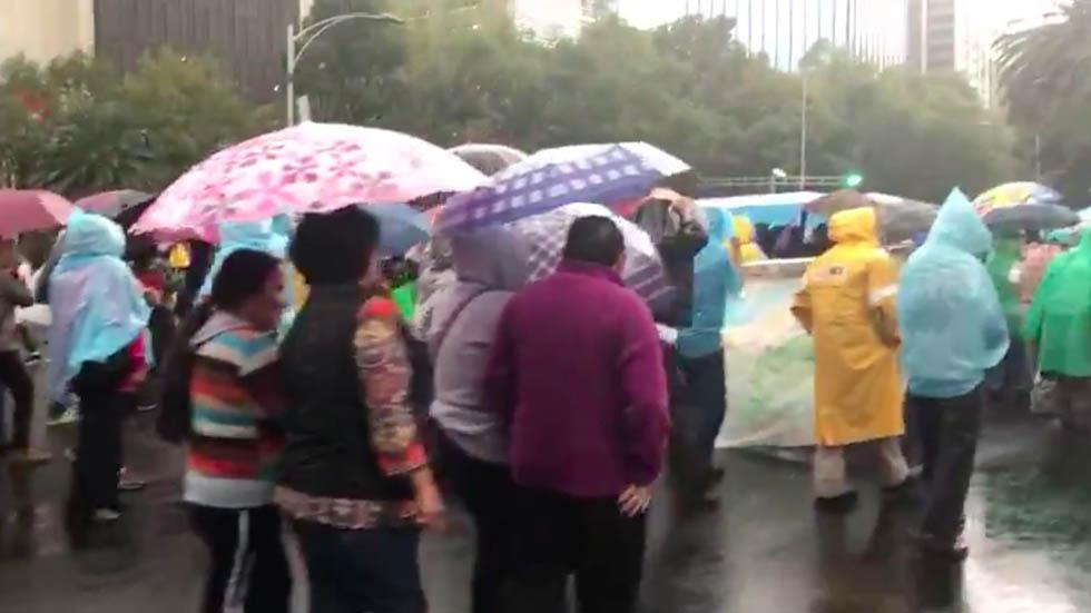 Marchan del Ángel al Zócalo para conmemorar a los 43 normalistas