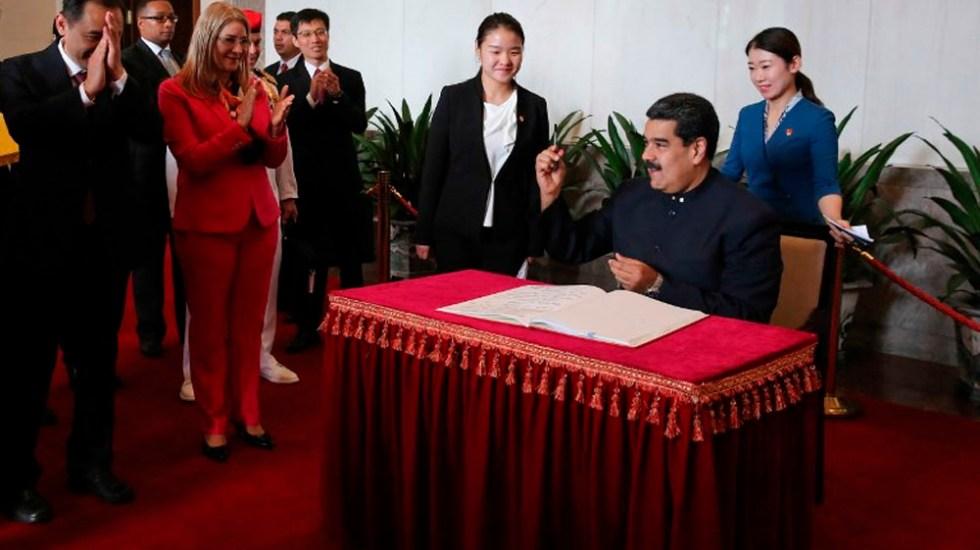 Maduro firma acuerdos en China tras rendir homenaje a Mao - Foto de Venezuelan Presidency / AFP