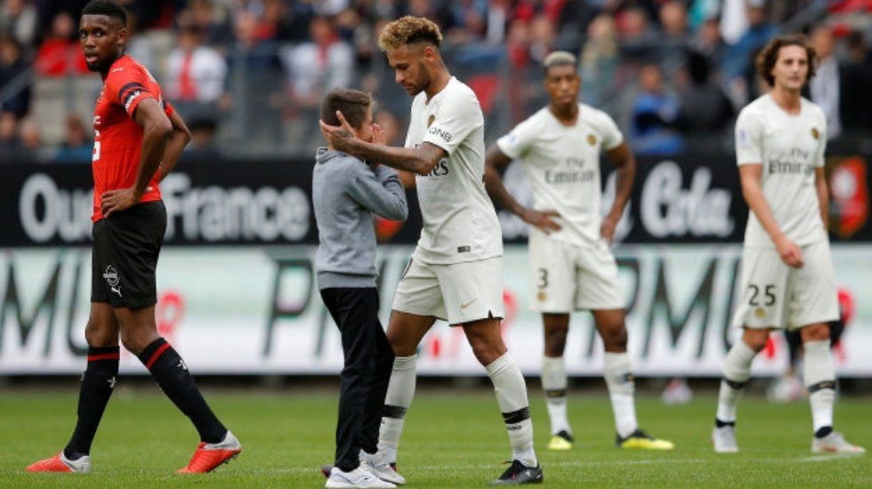 #Video Neymar regala su camiseta a niño que se coló en el campo - Foto de Reuters