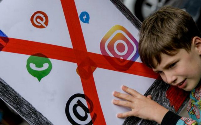 Niños en Alemania se rebelan contra el uso del celular de sus padres - Foto DPA