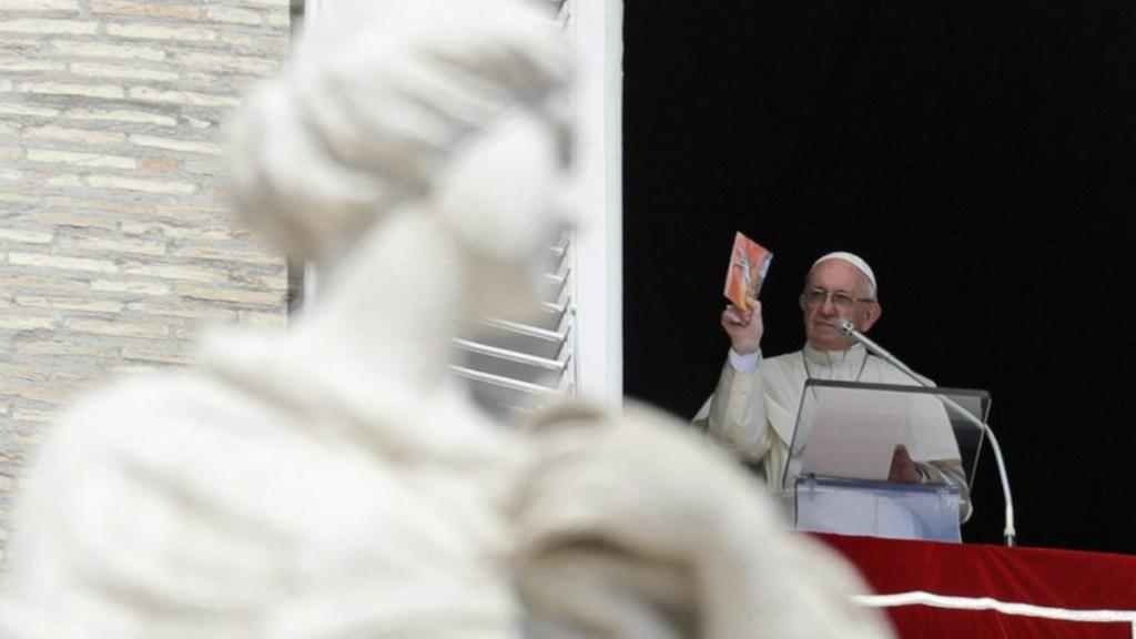 El papa Francisco regala miles de crucifijos en la plaza de San Pedro. Noticias en tiempo real