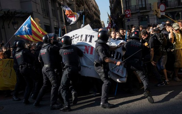 Enfrentamiento entre separatistas y policías deja 14 heridos enBarcelona - Foto de AP