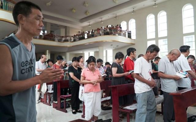 Católicos chinos se quejan por no tener lugares para rezar - Foto de PAK YIU / AFP