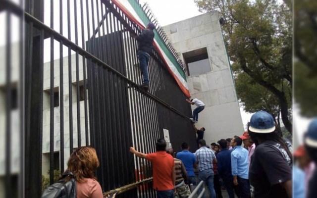 Evacuan a trabajadores del SAT en Av. Hidalgo por manifestantes - Foto de Excélsior