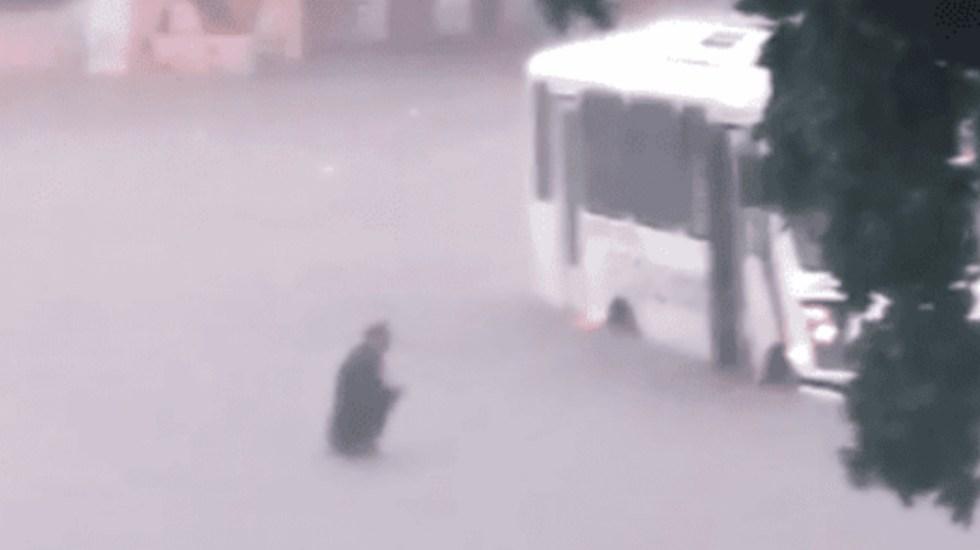 #Video Chofer de camión rescata a adulto mayor durante lluvias en Sinaloa - Foto de Noticieros Televisa