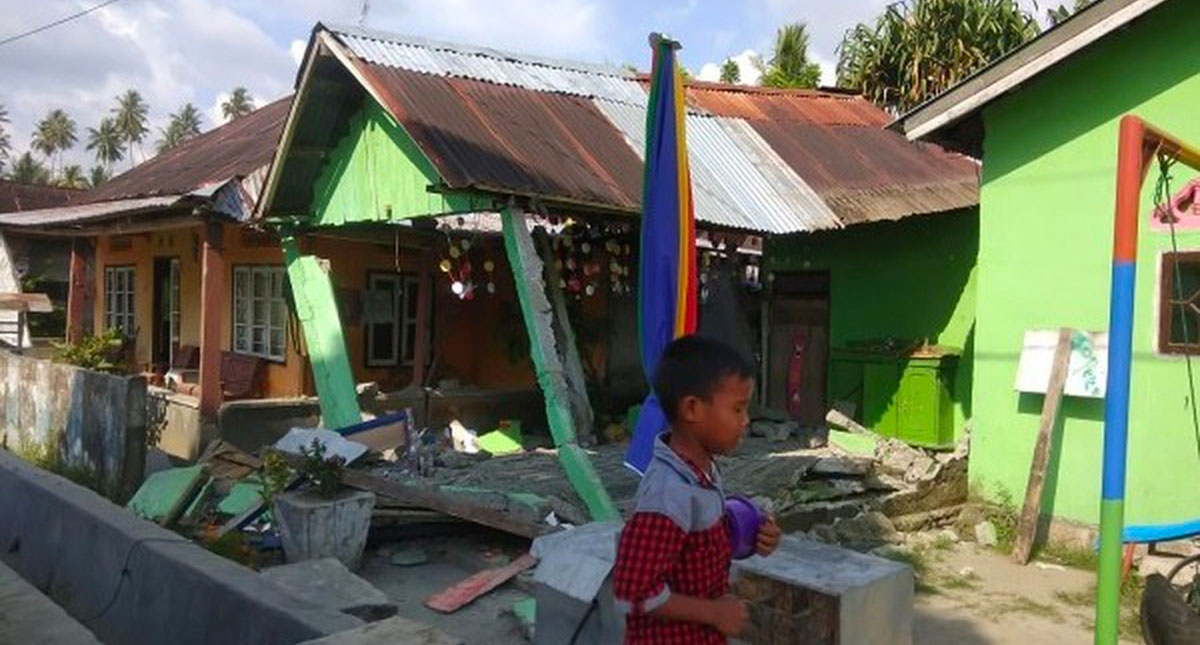 Terremoto de magnitud 7.4 sacude a Indonesia: hay alerta de tsunami