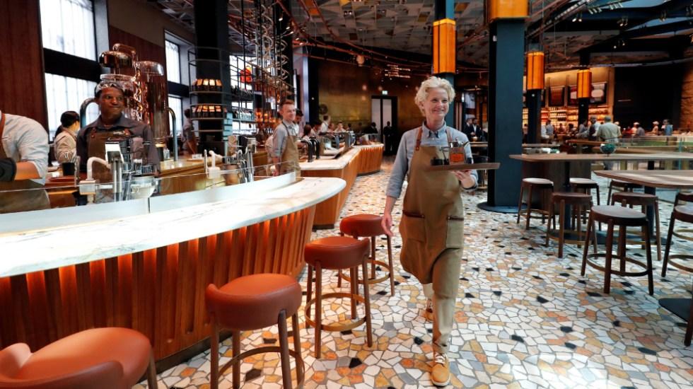 Starbucks abre su primera cafetería en Italia - Foto de Reuters